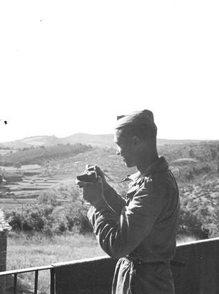 Francesc Boix, con una cámara, en el valle de Meià (Noguera), en abril-junio de 1938, en una imagen tomada por un autor desconocido.