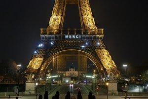 Estos días, la iluminación de la Torre homenajea a quienes nos ayudan.
