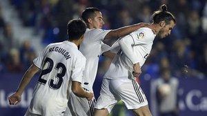 Gareth Bale se saca de encima a Lucas Vázquez tras marcar, en Valencia, el segundo gol del Real Madrid ante el Levante.