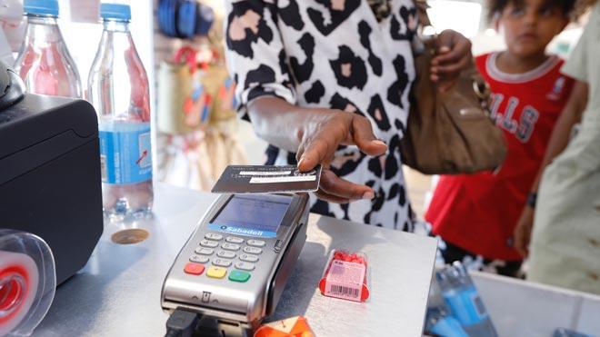 El Gobierno aumenta la transparencia y la protección de los clientes de créditos 'revolving', como explica la ministra de Asuntos Económicos, Nadia Calviño. En la foto, una mujer paga con una tarjeta en una tienda de ropa.