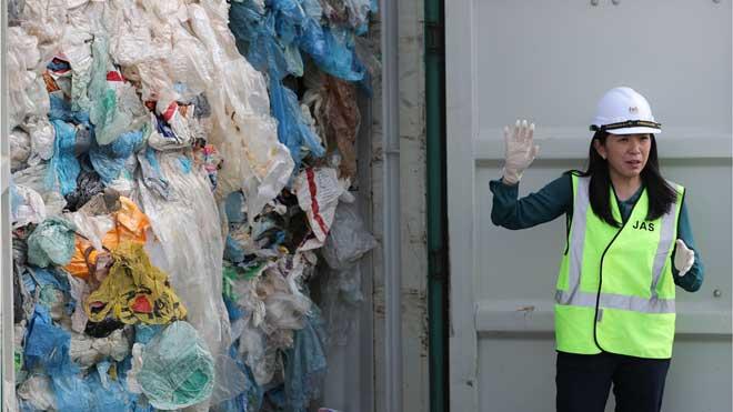 El Gobierno de Malasia devuelve 3.000 toneladas de plástico a sus países de origen. En la foto, la ministra de Medio Ambiente, Yeo Bee Yin, junto a un contenedor de residuos plásticos en Port Klang.