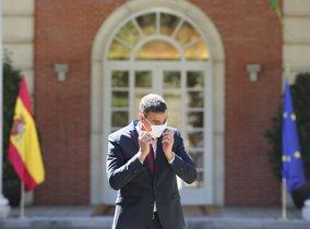 El presidente del Gobierno, Pedro Sánchez, se quita la mascarilla durante la firma del Pacto por la Reactivación Económica y el Empleo con los líderes de la CEOE, Cepyme, CC.OO. y UGT, en el Palacio de la Moncloa, Madrid (España), a 3 de julio de 2020.