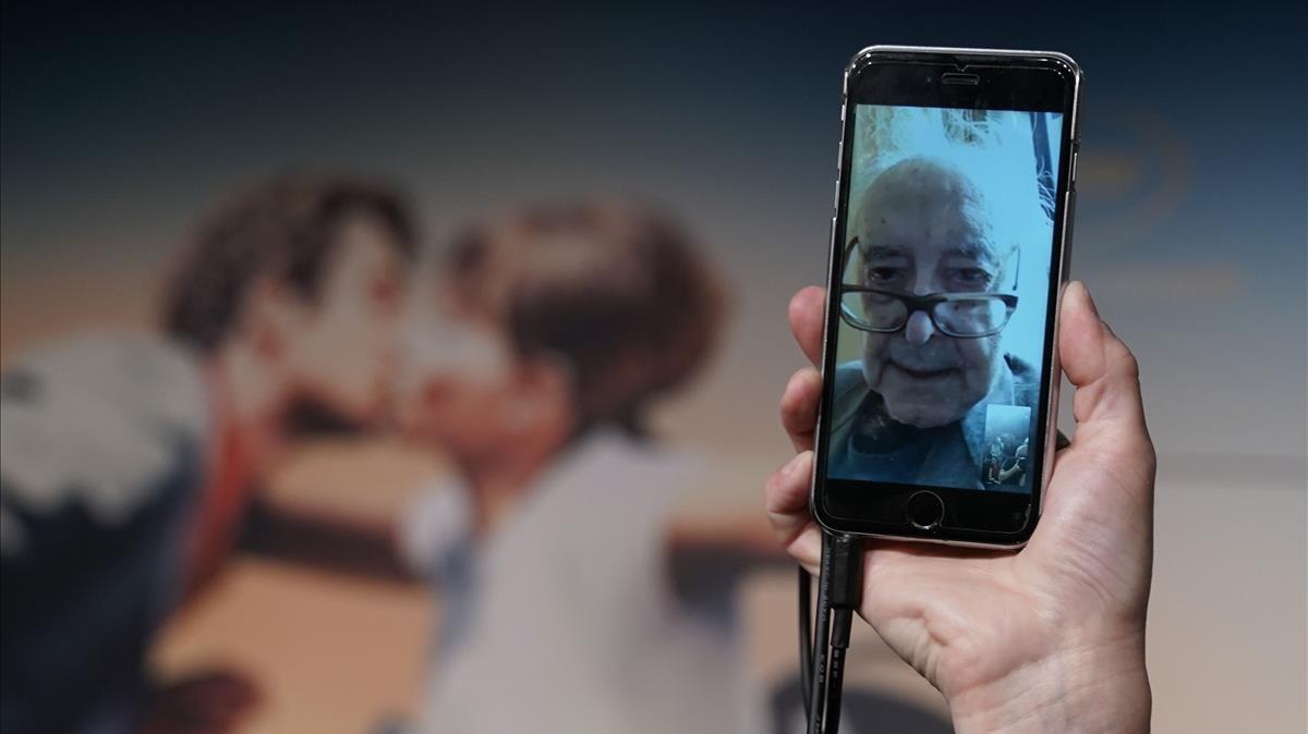 Godard, en la rueda de prensa que ha realizado con la prensa de Cannes a través de teléfono móvil desde su residencia de Suiza