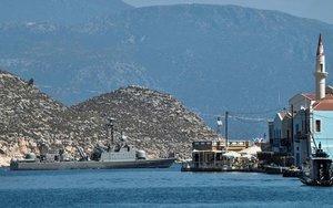 Un buque militar en laen la isla griega de Kastelorizo.