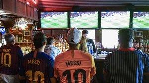 Un grupo de seguidores del Bará, en Austin (Texas, EEUU), disfruta del MUnited-Barça, en el pub The Tavern.