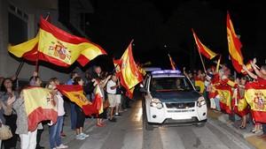 Unas doscientas personas despiden en Algeciras el martesa los agentes de la Guardia Civil que viajaron a Barcelona para reforzar el operativo del 1-O.
