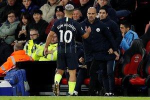 Guardiola choca con la mano a Agüero tras sustituirlo el domingo ante el Southampton