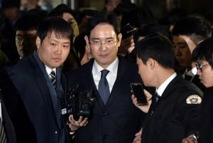 El heredero de Samsung, Lee Jae-Yong (centro), abandona el tribunal que ha ordenado su arresto, este viernes en Seúl.