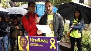 El hijo de Dolors Bassa lee la carta escrita por su madre desde la prisión.