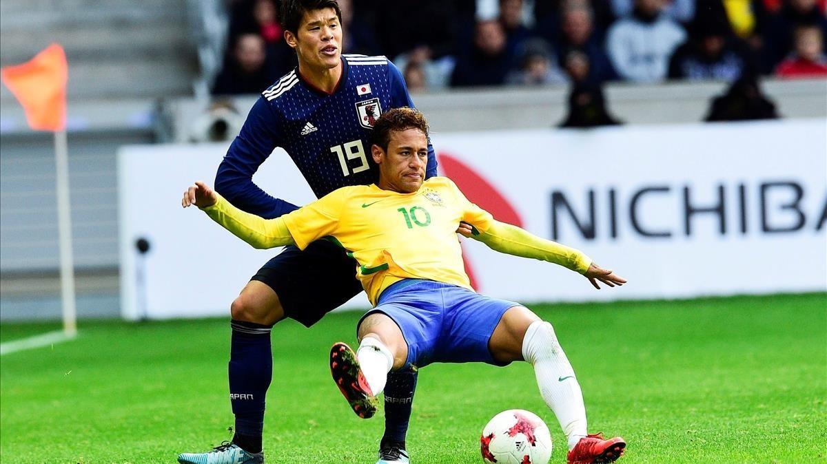 Hiroki Sakai lucha con Neymar.