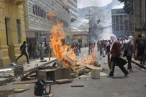 Encapuchados queman edificiosdurante una protesta en Tegucigalpa,Honduras.