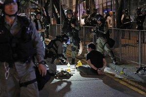 La policía de Hong Kong detiene a manifestantes.