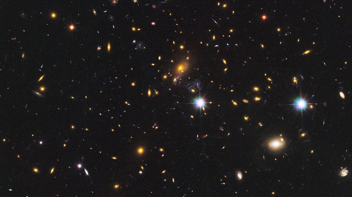 La estrella Ícaro o Icarus, en el centro, detectada por el telescopio espacial Hubble.