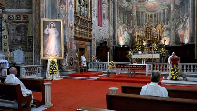 La Iglesia se enfrenta al Gobierno de Italia por prohibir aún las misas. En la foto, el papa Francisco pronuncia una misa sin feligreses en una iglesia de Roma, el pasado 19 de abril.