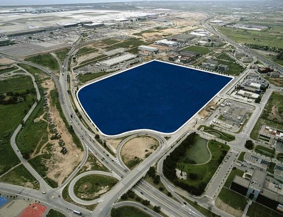 Imagen virtual de los terrenos donde se instalará Amazon en El Prat, con el aeropuerto al fondo.