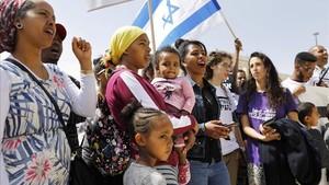 Inmigrantes africanos en Israel y ciudadanos israelíes protestan este martesen Jerusalén contra las políticas migratorias del Gobierno de Netanyahu.