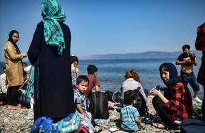 Inmigrantes tras haber cruzado el mar Egeo para llegar a Grecia desde Turquía.