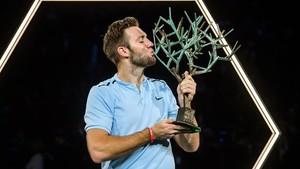 Jack Sock besa el trofeo de ganador en París-Bercy.