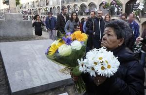 Yolanda deposita un ramo de margaritas en el féretro de su amigo José, este martes en Barcelona.