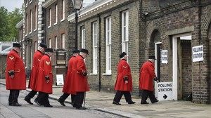 Jubilados de la armada británica residentes del Royal Hospital de Chelsea, a su llegada a un colegio de Londres, para ejercer su voto en el referéndum.