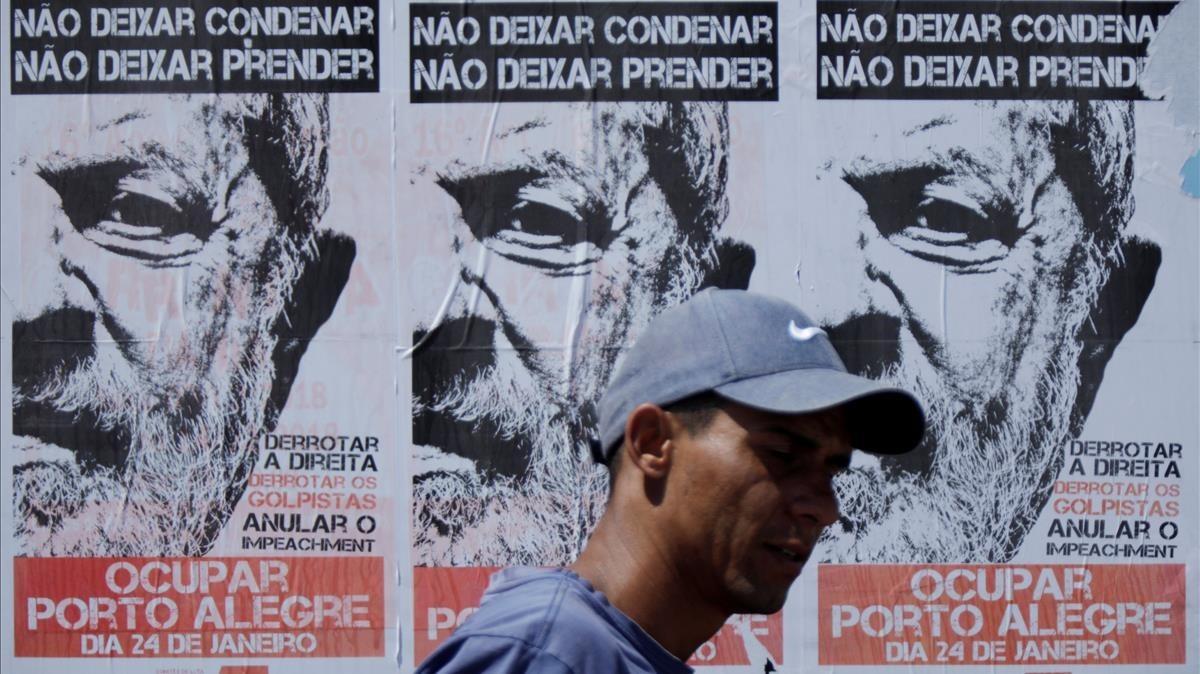 Afiches a favor de Lula en una pared de la ciudad de Porto Alegre.