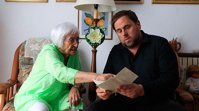 Oriol Junqueras va a Molins de Rei a visitar a Conxita, una mujer de 94 años, exvotante del PSC, que el próximo 27-S apoyará a Junts pel sí.