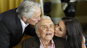 Kirk Douglas junto a su hijo Michael y la esposa de este, Catherine Zeta-Jones, durante la fiesta por sus 100 años.