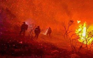 Labores de extinción de un incendio en Alpine (California).