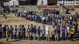 Largas colas para votar en Zimbabue.