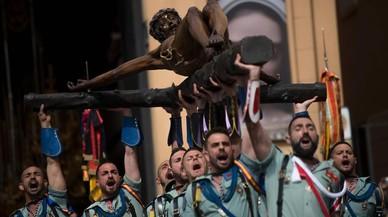 Legionarios españoles cargan la figura de Cristo, en Malaga.