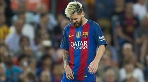 Leo Messi se duele del aductor de la pierna derecha durante el partido ante el Atlético.