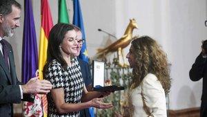 Lolita Flores, recibiendo la medalla de manos de la reina Letizia.