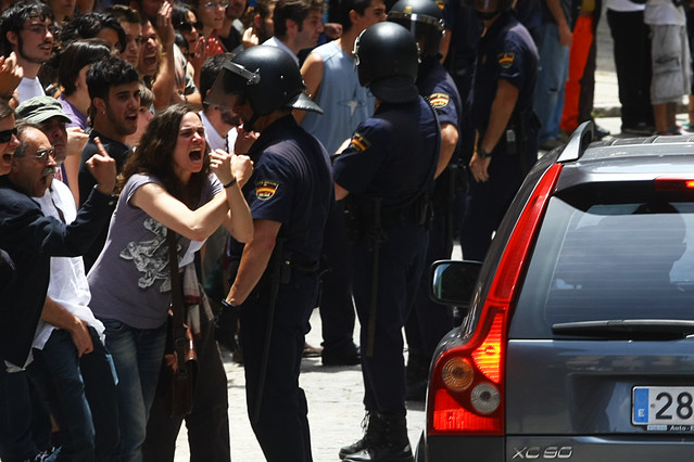 Los indignados increpan a los políticos a la salida del Ayuntamiento de Madrid.