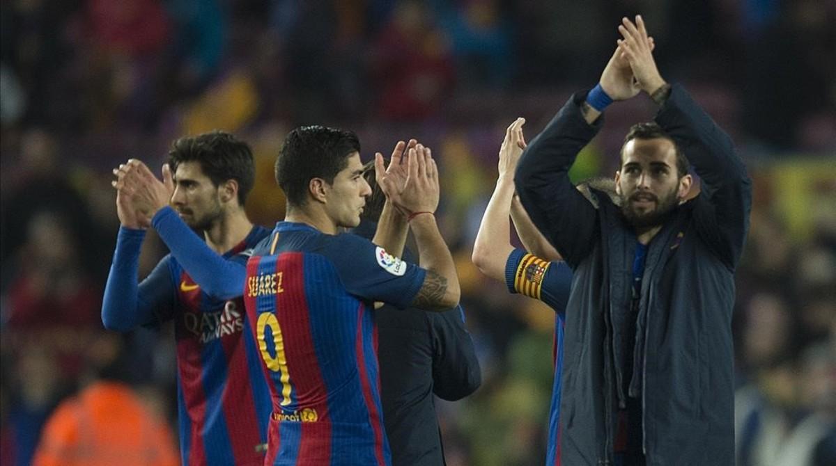 Los jugadores del Barça aplauden a la afición del Camp Nou tras eliminar al Atlético.