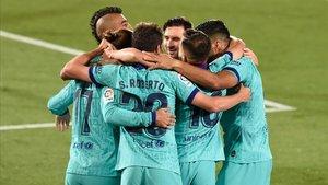 Los jugadores del Barça celebran uno de los goles en La Cerámica