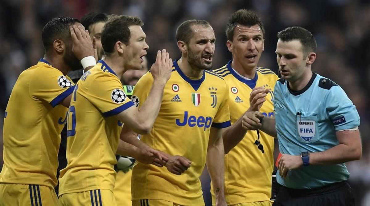 Los jugadores de la Juventus rodean al árbitro tras el polémico penalti.