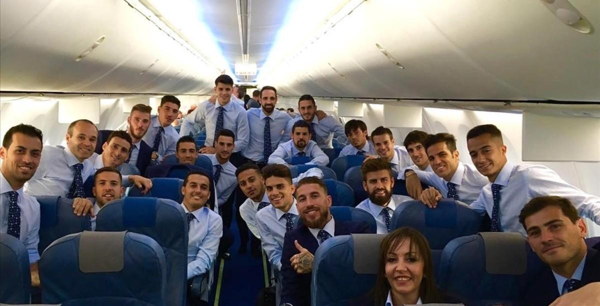 Los jugadores de la selección se fotografían en el avión de camino a La Rochelle.