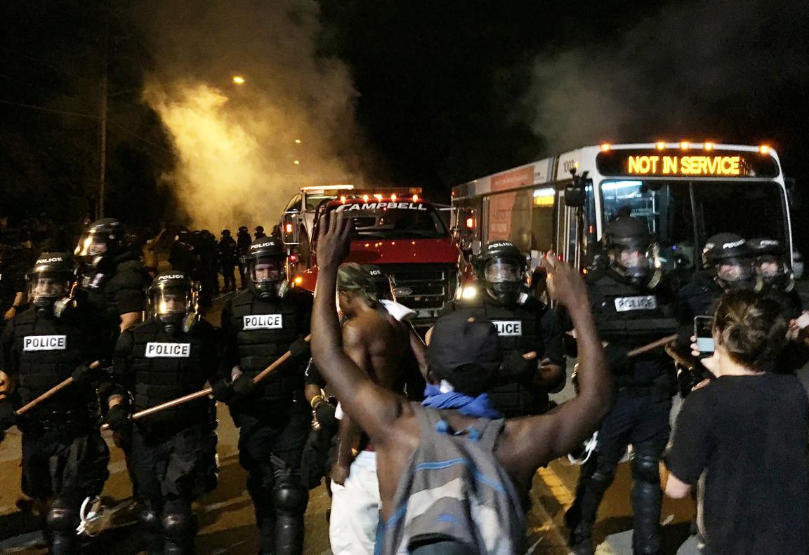 Los manifestantes han bloqueado la carretera durante la protesta por la muerte de Keith Lamont Scott, en Charlotte.