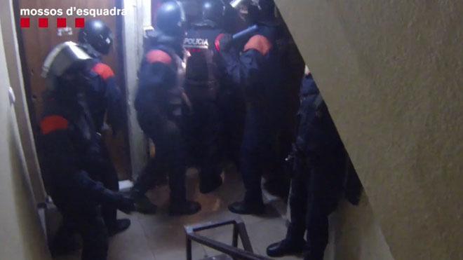 Los Mossos desarticulan una banda de 13 ladrones que se dedicaba a robar pisos en Barcelona.