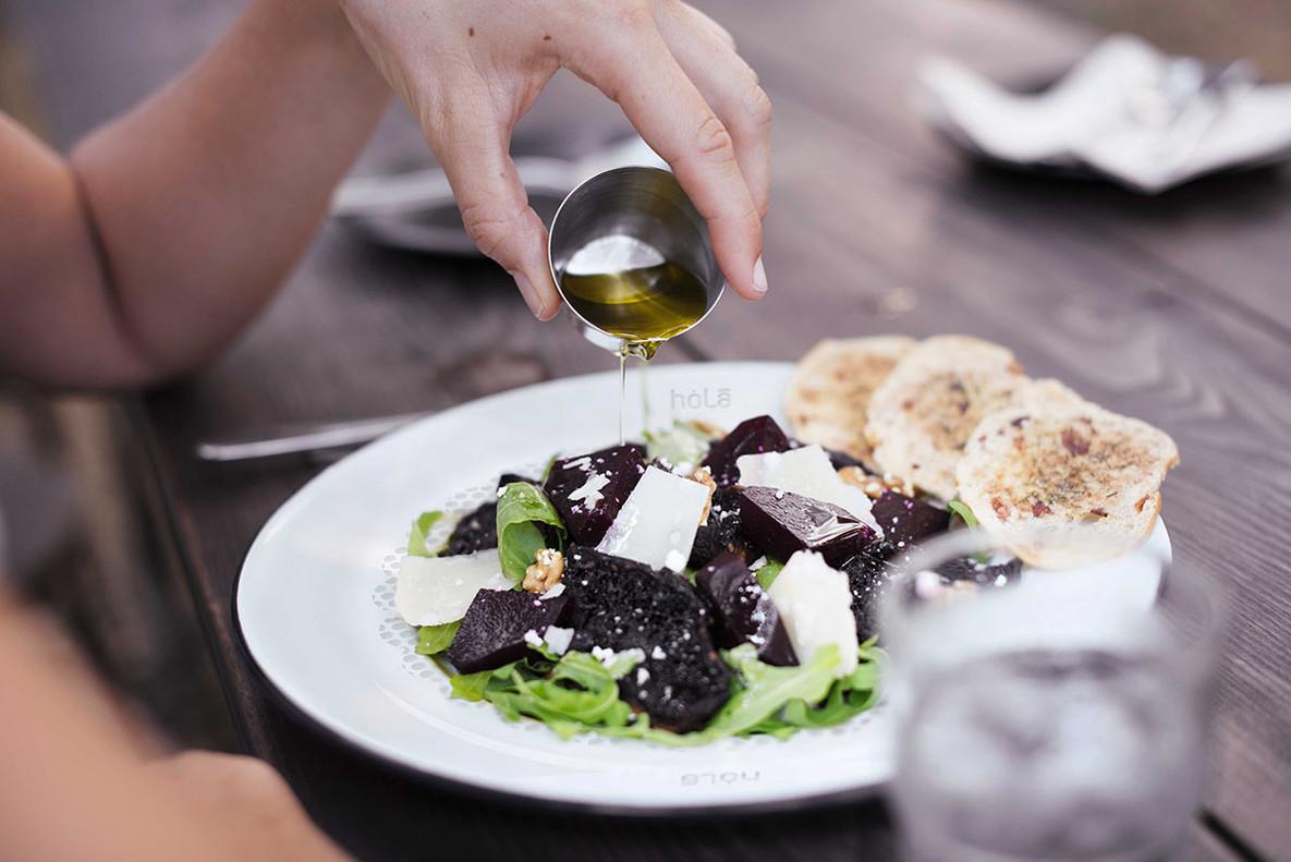 Los platos con agujeros filtran la grasa de las comidas gracias a sus más de 1.500 agujeros.