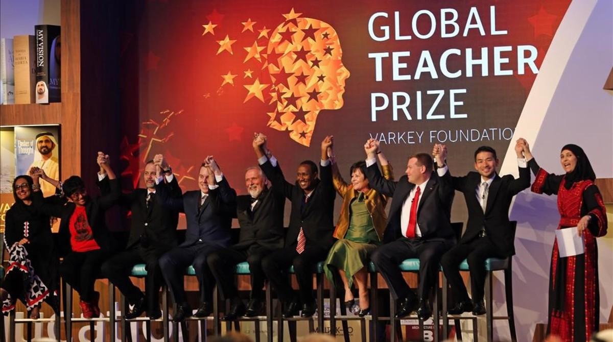 Al Hroub (derecha) alza los brazos junto con otros finalistas del Global Teacher Prize, en Dubái.