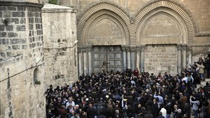 Manifestantes congregados frente a las puertas cerradas de la iglesia del Santo Sepulcro, este martes, 27 de febrero.