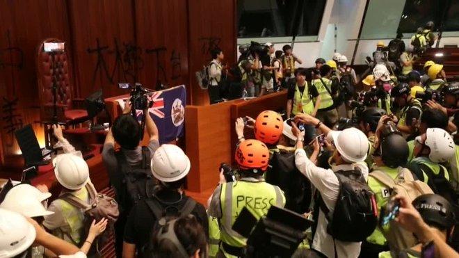 Los centenares de manifestantes que tomaron hoy por la fuerza el Consejo Legislativo (Parlamento) de Hong Kong permanecen dentro del edificio y tienen la intención de quedarse.