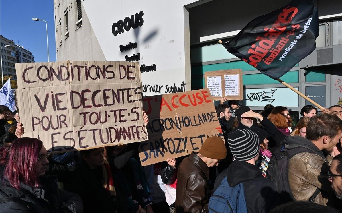 Manifiestación estudiantes fuera del campus universitario de Lyon.