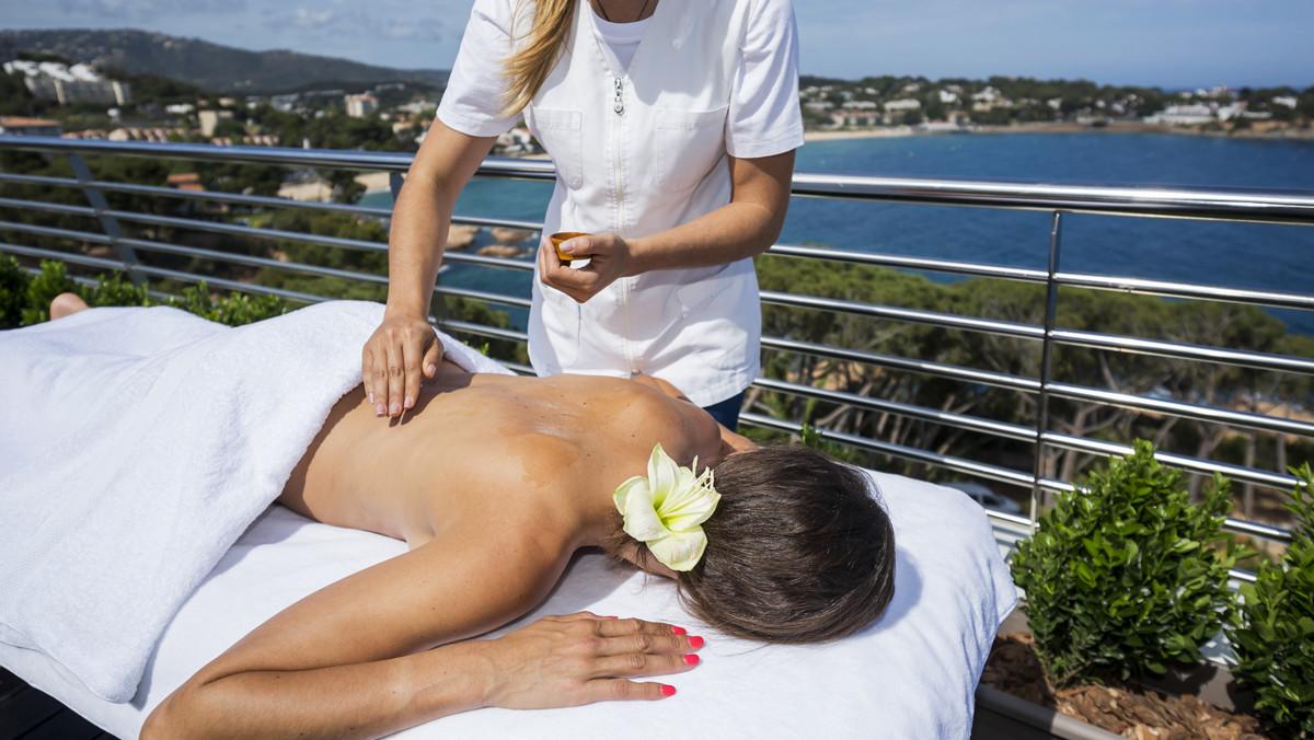 Masaje en la terraza de una suite.