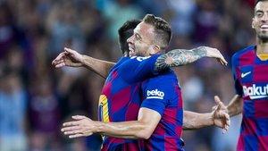 Messi y Arthur celebran el gol del brasileño ante el Villarreal.