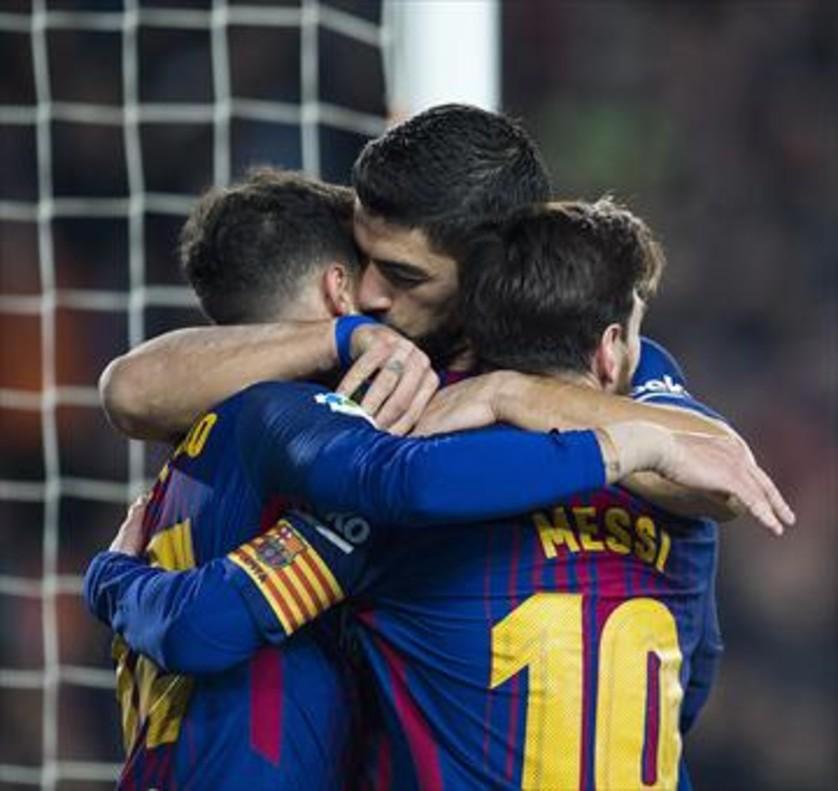 Messi, Suárez y Coutinho celebran un gol.