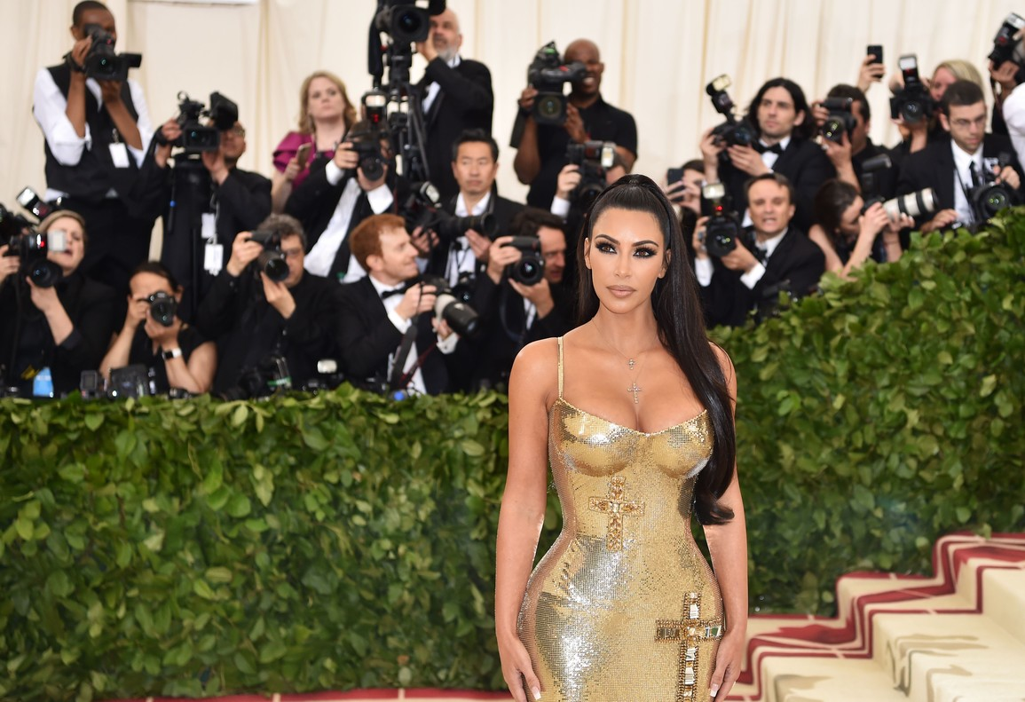 Kim Kardashian lució un modelo dorado y con crucifijos de Versace.