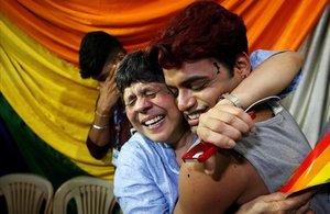 Miembros del colectivo LGBTI celebran el veredicto del Supremo indio que tumbaba la norma discriminatoria para las personas gais.