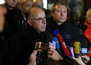 El ministro de Interior francés, Bernard Cazeneuve, tras una rueda de prensa el viernes por los incidentes en el supermercado judío de Vincennes.